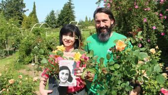 Dyana und ihr Sohn Dominik Huber zeigen die Anne-Frank-Rosen, von denen hoffentlich bald 210 Stück beim Jüdischen Museum in Frankfurt blühen. Andrea Weibel