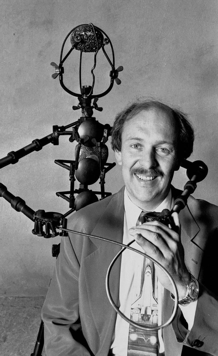 1993 war Gabriel Strebel erst seit wenigen Jahren selbstständiger Entwickler: Hier posierte er für das Magazin «Bilanz» mit seinem selbst gebauten Schraubenmann.