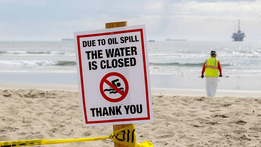 Ein Schild mit der Aufschrift «due to oil spill the water ist closed» iat am Strand aufgestellt. Die Ölpest vor der Küste Südkaliforniens hat mehrere Strände verschmutzt. Foto: Ron Lyon/ZUMA Press Wire/dpa