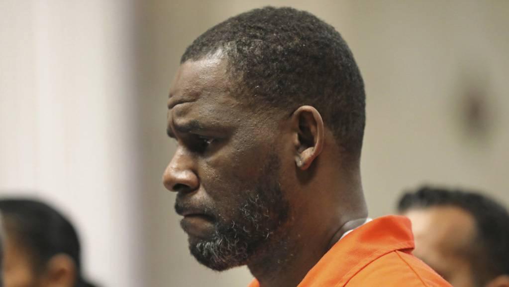 Der wegen sexuellen Missbrauchs angeklagte Musikstar R. Kelly in orangefarbener Häftlingskleidung. (Archivbild)