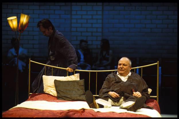 Inszenierungsfoto: «Die Katze auf dem heissen Blechdach», Inszenierung Tom Schneider, 2005