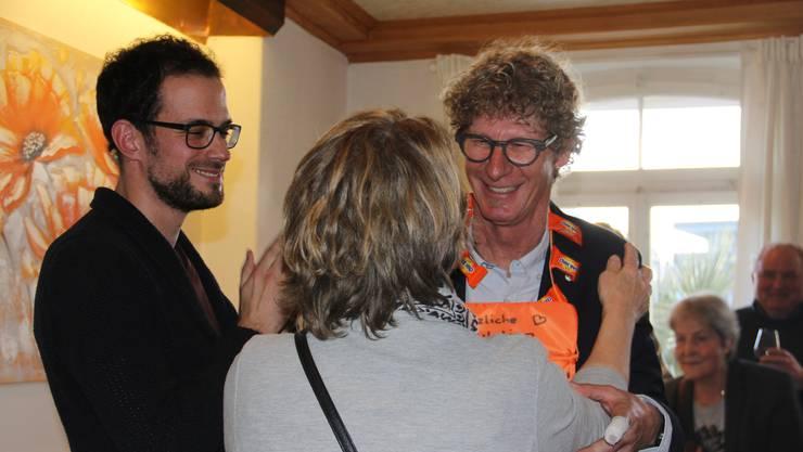 Jürg Baur (CVP, rechts) feiert seine Wahl zum Brugger Stadtrat. Barbara Iten überreicht ihm eine Goldmedaille in Form eines Sitzkissens. Ortsparteipräsident Matthias Rüede schaut zu.