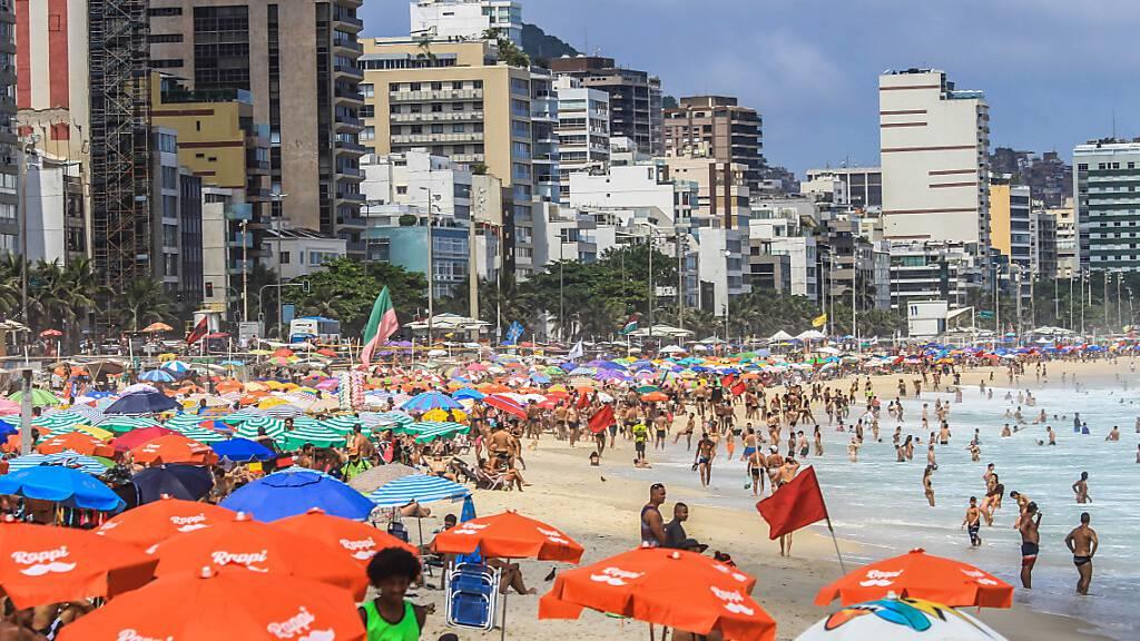 Viele Badegäste liegen dicht an dicht am Strand von Leblon.