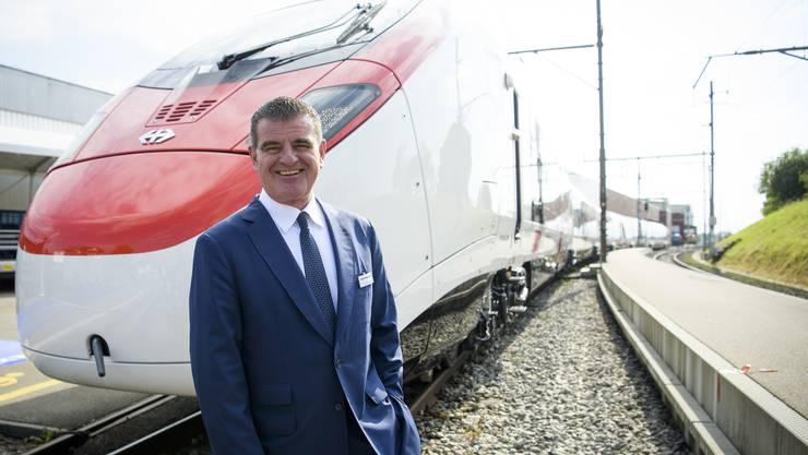 Stadler-Inhaber Peter Spuhler am Hauptsitz in Bussnang vor dem Hochgeschwindigkeitszug Giruno für die SBB.