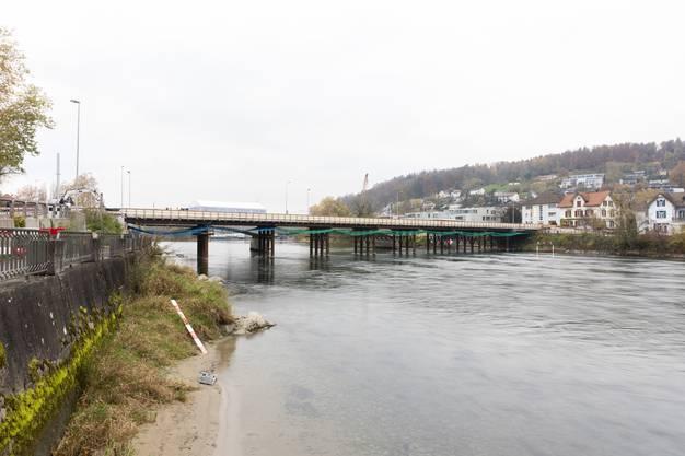 Der Blick aareaufwärts: Die Hilfsbrücke ist fast fertig gebaut.