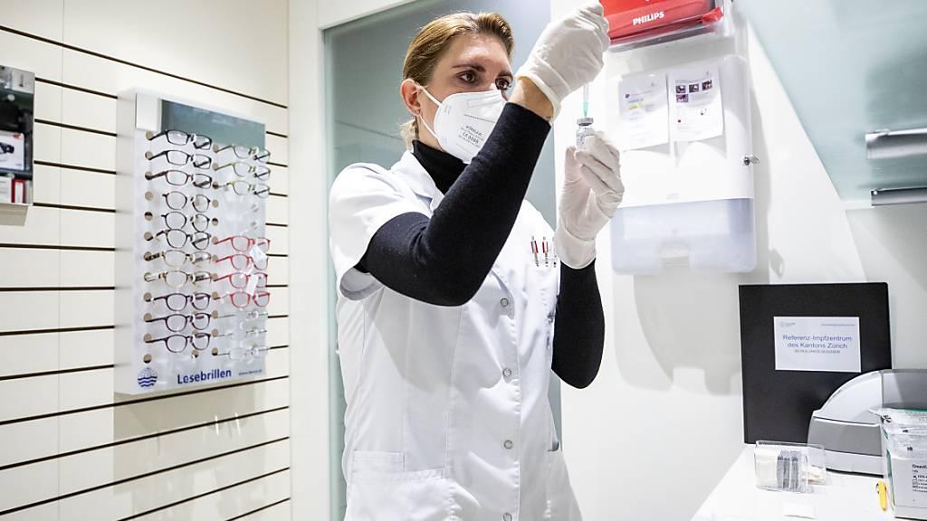 Eine Apothekerin zieht eine Spritze mit einem Impfstoff gegen das Coronavirus auf. In der Schweiz wurden bisher 1'007'496 Personen vollständig geimpft. (Archivbild)