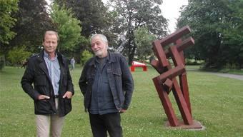 Marc Reist und Heiko Schütz (l.) im Park der Gartenbauschule Oeschberg-Koppigen, wo beide Skulpturen zeigen.