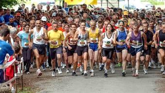 Das Hauptfeld am Start zum Wohler Pfingstlauf 2007 – die Zahl der Teilnehmerinnen und Teilnehmer in den verschiedenen Kategorien hat sich bei rund 1000 eingependelt.
