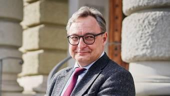 Porträt von Historiker Dr. phil. Sacha Zala. Aufgenommen am 13. Februar 2020 vor dem Schweizerischen Bundesarchiv in Bern.