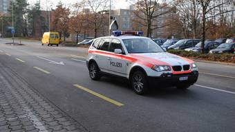 Grenzüberschreitend: Die Polizei Schlieren (hier vor dem Spital Limmattal) ist seit gut einem Jahr auch in Urdorf unterwegs. (Bild: Sidonia Küpfer)