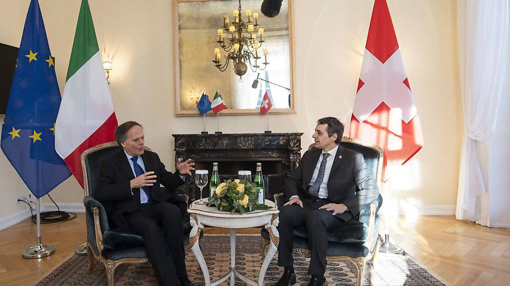 Bundesrat Ignazio Cassis (rechts) hat am Montag in Lugano den italienischen Aussenminister Enzo Moavero Milanesi (links) zu Gesprächen empfangen. (KEYSTONE/Ti-Press/Pablo Gianinazzi)