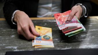 Wer einen grossen Betrag auf einmal beziehen will, muss bei den meisten Banken eine Strafgebühr bezahlen.