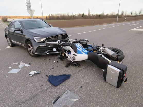 Waltenschwil AG, 17. Februar: Ein Autofahrer übersah beim Einbiegen ein herannahendes Motorrad. Bei der Kollision wurde dessen Fahrer mittelschwer verletzt.
