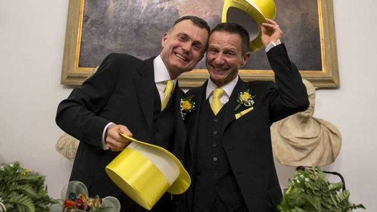 Angelo Albanesi (R) und Pier Giorgio De Simone (L) haben als eines der ersten homosexuellen Paare eine eingetragene Partnerschaft unterzeichnet