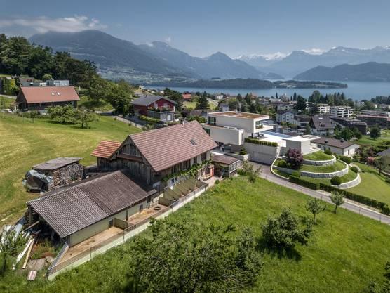 Eine Luftaufnahme des Schweinestall von Kaspar Hofer mit dem vorgelagerten Freilauf für die Schweine mit den im Hintergrund angrenzenden Privat-Grundstücken.