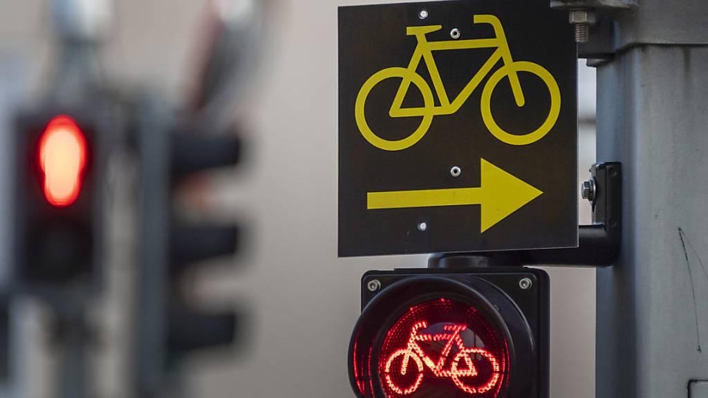 Mit dem Veloweggesetz soll das Velofahren gefördert und die Sicherheit der Velofahrer im Verkehr erhöht werden. (Symbolbild)