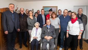 Töchter und Söhne, Landammann und Standesweibel sowie viele Gäste besuchten Frieda Oppliger und den Jubilar Ernst Vögeli.