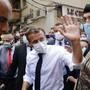 Frankreichs Präsident Emmanuel Macron besucht das verwüstete Hafenviertel von Beirut. Die ehemalige Kolonialmacht Frankreich hat Hilfe für den Libanon zugesagt.