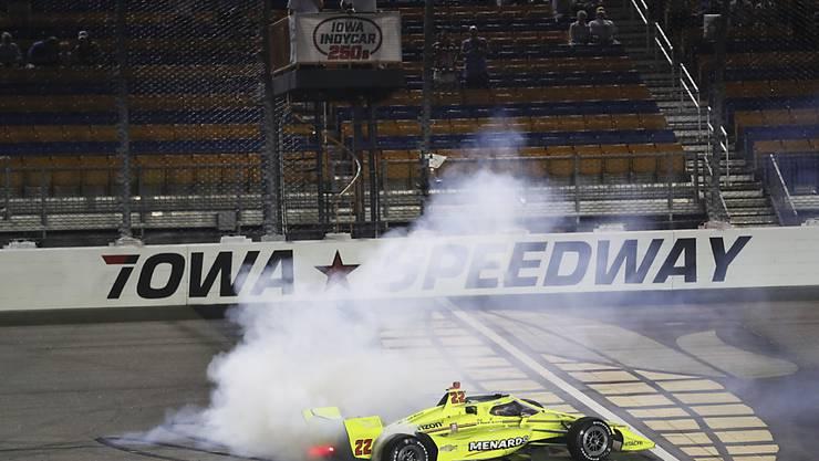 Simon Pagenaud lässt nach seinem Sieg die Reifen durchdrehen.