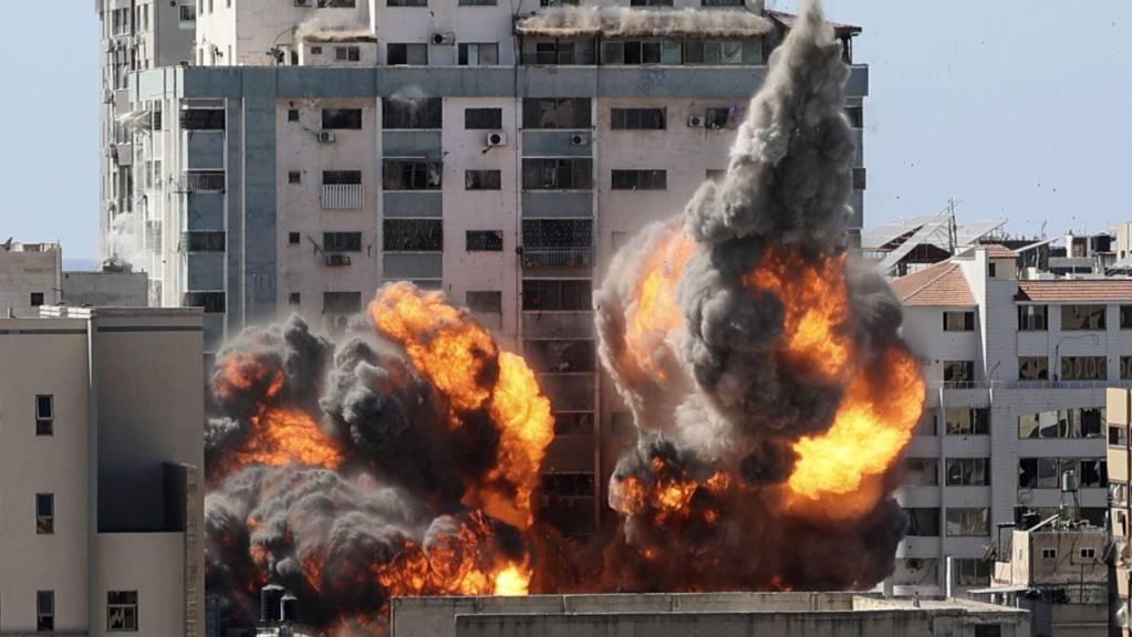 Rauch und Feuer steigen aus einem Gebäude nach einem israelischen Luftangriff auf. In dem Gebäude sind verschiedene internationale Medien untergebracht, darunter auch die Associated Press und Al-Dschasira.