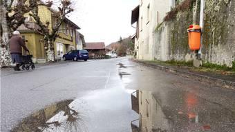 Die Dorfstrasse in Schwaderloch soll komplett erneuert werden. – Foto: chr