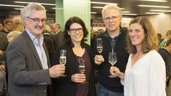 Feierlaune bei den Grünen (von links): Robert Obrist (Parteipräsident Grüne Bezirk Brugg), Barbara Horlacher, Thomas Gremminger (wiedergewählter Einwohnerrat) und Julia Grieder (wiedergewählte Einwohnerrätin).