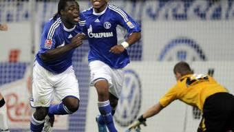 Schalker Torschützen Asamoah (l.) und Farfan