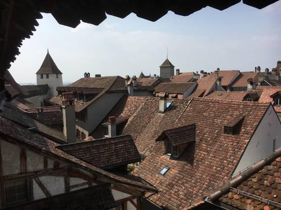 Vom Wehrgang über die Dächer von Murten