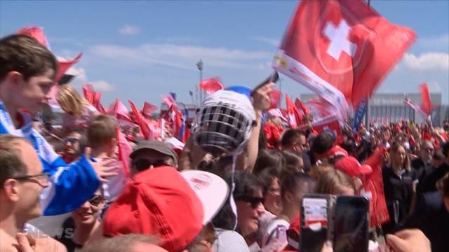 """Fans begrüssen die """"Hockey-Helden"""" am Flughafen Zürich"""