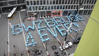 Mit himmelblauen Regenschirmen demonstrierten die Lernenden im vergangenen Dezember gegen die Schliessung der BWZ Brugg.