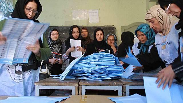 Wahlhelferinnen zählen Stimmen aus
