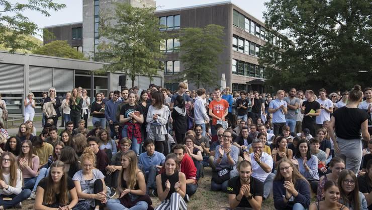 Zur Informationsveranstaltung wurden alle Schülerinnen und Schüler auf die grosse Wiese vor dem Haller-Bau eingeladen.
