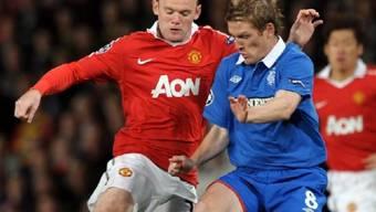 Wayne Rooney (l.) und Steven Davis im Zweikampf