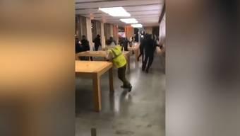 Ein via Twitter verbreitetes Video zeigt, wie vermummte Gestalten in einem Apple Store wüten – vereinzelt tragen sie gelbe Leuchtwesten.