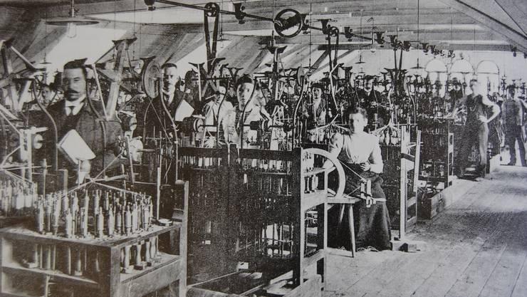 Rund 100-jähriges Fotodokument Saal mit Flechtmaschinen aus Holz bei der Wohler Firma M. Bruggisser & Co. AT/GK