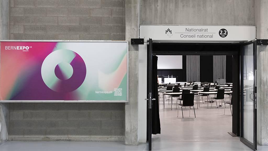 Eingang zum neu eingerichteten Nationalratssaal auf dem Bernexpo-Gelände in Bern. Wegen der Coronavirus-Pandemie kann die ausserordentliche Session des National- und Ständerats ab Montag nicht im Bundeshaus stattfinden. (Archivbild)