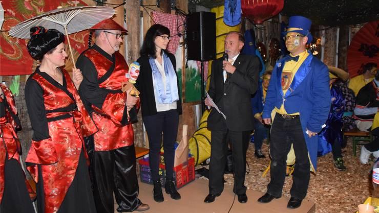 Die China-Delegation mit Vizeammann Franz Schaad und Gattin, Kanzlerin Monika Gloor und Gemeindeammann Urs Bosisio bei der Zepter-Übergabe an den neuen Zunftmeister Sacha Doyon.