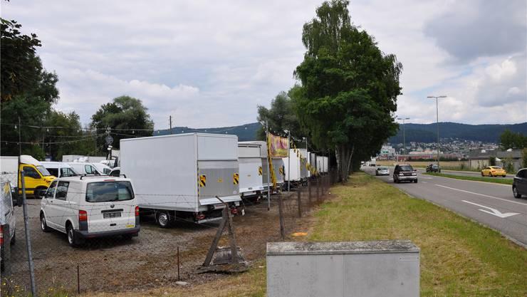 Spreitenbach, Asp: Hier stehen Kraftfahrzeuge hinter rostigem Stacheldraht. Der Boden enthält zu entsorgende Altlasten. Das würde einen Depot-Bau verteuern. DEG
