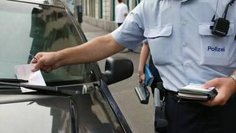 Der Mann erhielt mehrfach Bussen, weil sein Auto über die Parkfeldmarkierung ragte. (Symbolbild)