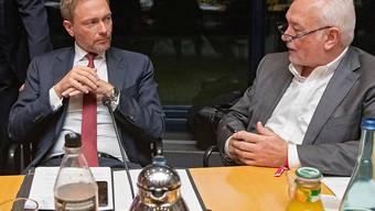 Der Präsident der deutschen FDP, Christian Lindner, (links im Bild) hat der deutschen Regierung vorgeworfen, viel zu wenig gegen einen ungeordneten Brexit zu tun. (Archivbild)