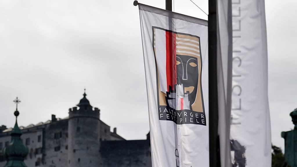 Die Fahne mit dem Logo der Salzburger Festspiele vor der Festung Hohensalzburg.