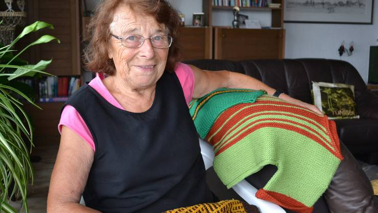 Lydia Grod mit einigen Kleidergaben, die demnächst nach Osteuropa transportiert werden. sl