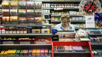 Snacks, Süssigkeiten, Rubbellose, Tabakwaren, elektronische Bezahl-Terminals. Pressetitel machen nur noch einen kleinen Teil des Gesamtsortiments aus. Dieses will Valora mit neuen Food-Angeboten und noch mehr Dienstleistungen erweitern. Ganz verschwinden werden Zeitungen und Magazine nicht. Sie tragen wesentlich zur Kundenfrequenz bei.
