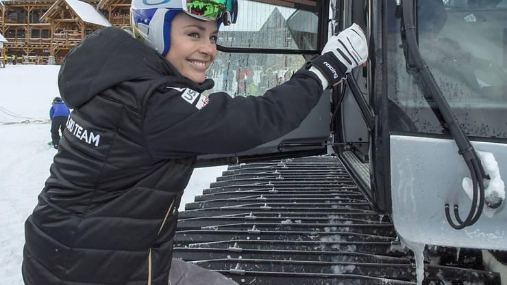 Ungewohntes Beförderungsmittel: Lindsey Vonn besteigt ein Pistenfahrzeug