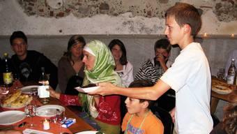 Eindrücklich: Das Ende eines langen Fastentages naht: Kinder überreichen Datteln, mit denen das Fasten nach dem Gebetsruf traditionellerweise gebrochen wird.