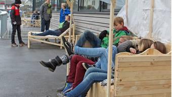 Die neuen, teilweise sehr originellen Sitzgelegenheiten rund um die Schulgebäude sind auch kleine Begegnungsstätten. Cornelia Bisch