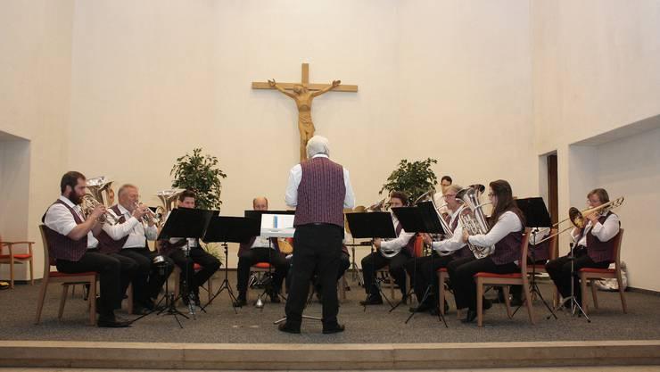 Die Blaskapelle der Musikgesellschaft Niederbuchsiten bei ihrem Auftritt in der Kirche St. Nikolaus.