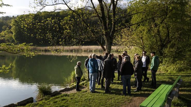 Der Gemeinderat hat sich vor seiner Sitzung am Bellacher Weiher getroffen und lässt sich vor Ort erklären, wie es dem Gewässer geht.