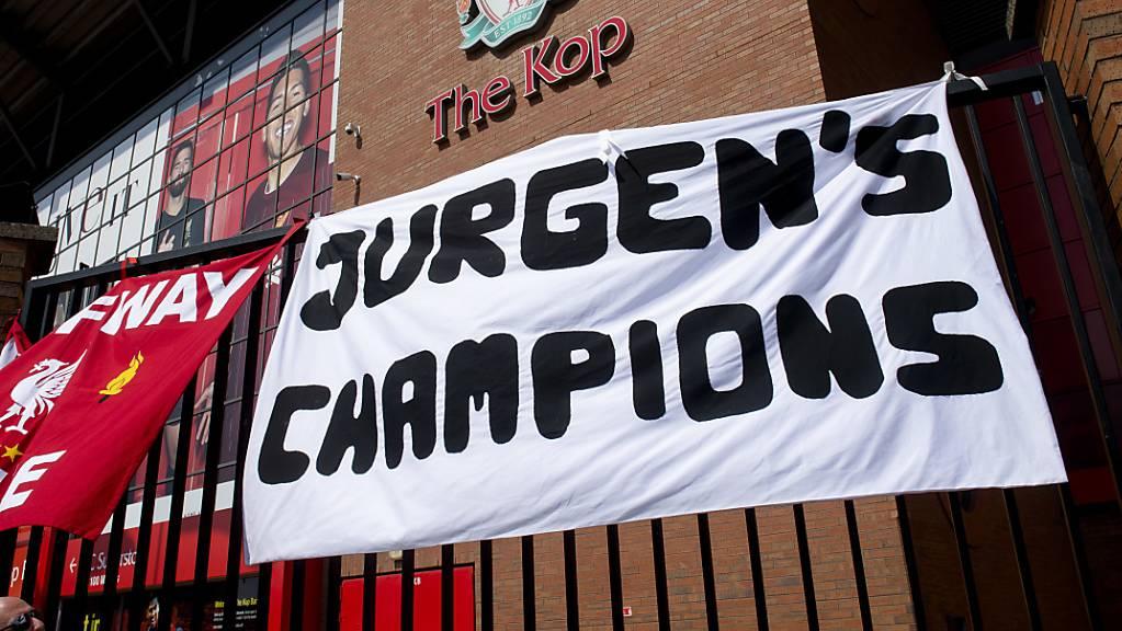 Die Liverpool-Fans erweisen Trainer Jürgen Klopp an der Anfield Road die Ehre - auch Kontrahenten, Ex-Profis und die britischen Medien finden nur positive Worte