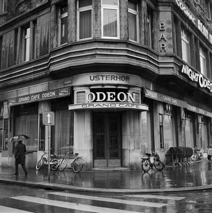 Bietet mehr als genug Stoff für ein Musical: Der Usterhof mit dem Grand Café Odeon beim Zürcher Bellevue, hier auf einer Aufnahme aus dem April 1972.
